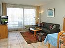 Geräumiges Wohnzimmer mit Essecke und Balkon